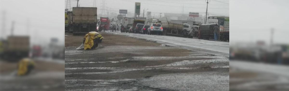 Caminhoneiros bloqueiam 4° Anel Viário, reivindicando a redução no preço dos combustíveis